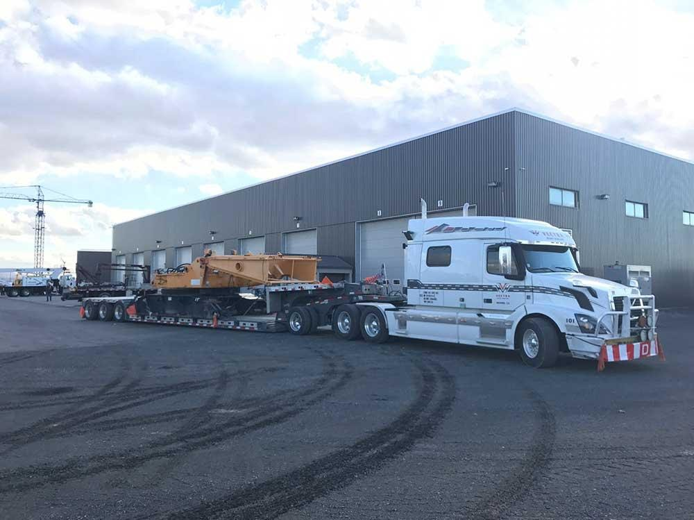Differences Between Step Deck and Flatbed Trailer
